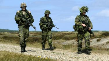 Fra august 2008 til februar 2009 består det danske styrkebidrag i den sydlige Helmand-provins af Hold 6. Her ses tre af holdets soldater på militærets øvelsesterræn ved Oksbøl. Officererne, der uddanner dem, langer hårdt ud og kritiserer uddannelsen for at være for uansvarligt presset i tid.