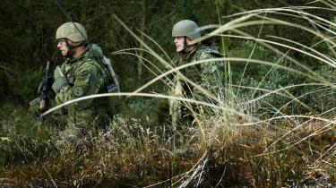 De ansvarlige officerer kritiserer og advarer om de forhold, de uddanner soldaterne under: De lærer ikke at bruge de køretøjer og våben, de skal kæmpe med i Helmand. Men det største problem er, at deres træning er for kort