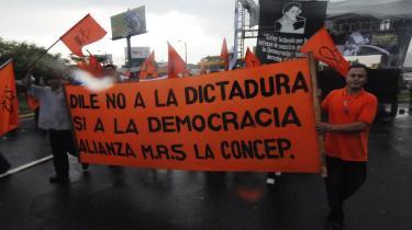 Tilhængere af de to oppositions-partier Partido Conservador og Movimiento Renovador Sandinista protesterer mod højesterets beslutning om, at de ikke må stille op til det kommmende kommunalvalg. Kritikere af præsident Daniel Ortega mener, at Nicaragua er hastigt på vej mod reelt at blive et diktatur.