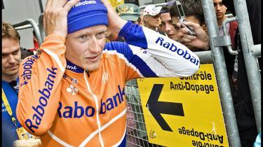 Michael -Kyllingen fra Tølløse- Rasmussen på vej ud fra dopingkontrol under Tour de France 2007. Han blev fældet uden beviser. Derfor kører en retssag lige nu i Holland mellem ham og hans tidligere hold Rabobank. Der var stor interesse for hans færden før Tour-en 2007, som det viste sig, han ikke talte sandt om. Hackerne skaffede sig derefter indsigt i hans personlige e-mails med følsomme oplysninger om hans fyring fra cykelholdet Rabobank.