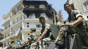 Den libanesiske hær holder fortsat begge bykvarterer i Tripoli i det nordlige Libanon adskilt med vejspærringer og pansrede mandskabsvogne. Som det ses på det brændte hus har boulevarden været scene for hårde kampe mellem sunnier og bevæbende alawitter med tilknytning til Hizbollah.