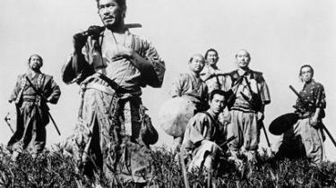 Akira Kurosawas ambitiøse helaftensepos om en landsby, der hyrer syv samuraier som beskyttelse mod en flok banditter i 1500-tallets Japan, er vel nok alle tiders mest berømte japanske film