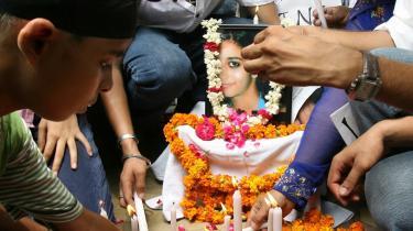 Mord. Klassekammerater til den myrdede Aarushi Talwar tænder lys på gaden ved siden af hendes portræt. Mordet fik den indiske presse til at gå helt i selvsving over tjeneren.