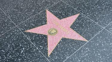 Det var besynderligt nok at opleve én fagforening lamme Hollywood. At to gør det lige i rap virker skødesløst. Skuespillernes trussel om at udvandre, måske allerede i starten af næste uge, kaster de store film- og tv-studier ud i kaos