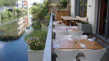 Waterhouse er måske den mest omtalte nye restaurant i London. Nummer to i det, som initiativtagerne håber skal blive en hel kæde af fuldstændig bæredygtige, CO2-neutrale, økologiske spisesteder. Den økologiske risotto kan anbefales.
