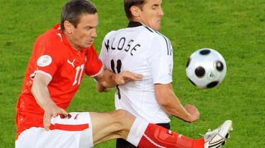 Globale spillere. Ümit Korkmaz, tyrkisk gæstearbejdersøn (tv.) og Miroslav Klose, født i Polen spiller for henholdsvis Østrig og Tyskland. For nok er det vigtigt i et EM, hvor i verden man kommer fra - men det vigtigste er, hvor godt man spiller. Det nationale tilhørsforhold kan ordnes.