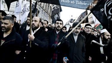 Hizb ut-Tahrir ser verden i en optik, der hedder -os: muslimer- og -dem: Vesten-. Og de udnytter eksempler i den danske debat, for at fremhæve -os- og -dem--tankegangen.