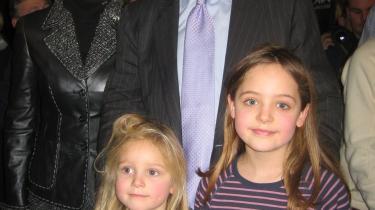 Den republikanske præsidentkandidat John McCain og hustruen Cindy møder de to danske piger Bella og Tekla Trier, der rejste rundt på kampagnesporet i USA sammen med deres forældre.