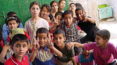 International bistand til Palæstina skal gentænkes hvis ikke bistanden - som nu - skal fortsætte med at undergrave en tostatsløsning, mener forfatter til ny kritisk og sober bog om emnet. Løsningen er politisk handling