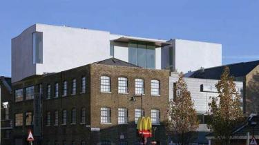 Det hotte Gallery Victoria Miro råder over det største kommercielle udstillingsrum i London. Her ses den tidligere victorianske madrasfabrik udefra - stilfuldt moderniseret og tilføjet en enorm lys udstillingshal.