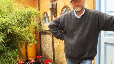Bent Jørgensen flyttede til Møn i 1970-erne for at dyrke krogede, økologiske gulerødder. I dag bruger han også sin tid på at skabe opmærksomhed om de lokalpolitiske slagsmål.