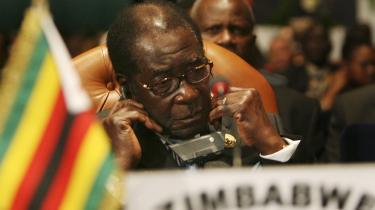 Zimbabwes præsident, Robert Mugabe, mødte i går op til Den afrikanske Unions møde i Egypten og blev her mødt med en opfordring til at samarbejde med oppositionen for at løse landets politiske krise.
