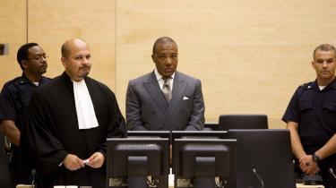 Liberias ekspræsident Charles Taylor (i midten) er det første tidligere statsoverhoved fra Afrika, som er blevet tiltalt ved en international domstol.