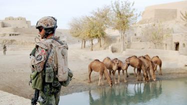 Angreb. Forsvarets opgaver har ændret karakter: I dag er der hverdag, at danske soldater er i ildkamp med farlige militser som Taleban. Her er det en dansk soldat på patrulje i landsbyen Rahim Kalay ved basen i Sandford-lejren ved flodens grønne zone i Helmand-provinsen.