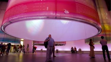En udstillingsgæst er gået ind i en af de fem cylindre, som er Danmarks offcielle bidrag under titlen -Ringe i vand-. Vand og bæredygtig udvikling, lyder det overordnede tema.