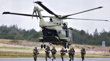 Den danske ISAF-styrke kunne have gavn af Merlin-helikoptere, der kan løfte 20-25 mand ad gangen. Nu råder man over Fennec-helikoptere, der efter pansring nu er så tunge, at hver af dem kun kan medføre en passager på 75 kilo.