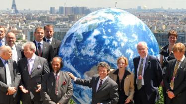 Afrika er dårligst rustet til følgerne af den globale opvarmning, mens Canada og Norvesteuropa vil klare sig bedst, viser ny undersøgelse. På billedet er EU's klimaministre samlet om Nobelprismodtager Rajendra Pachaur, formand for FN's Mellemstatslige Klimapanel (IPCC).