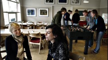 Adskillige anekdoter tyder på, at en del -danske- elever fravælger højskoler, hvor de kan møde unge fra Østeuropa eller nydanskere, og på de højskoler, hvor der er nydanskere, er der tendens til, at de grupperer sig hver for sig.