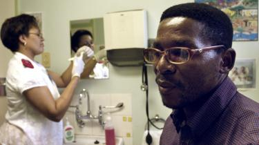 Undersøgelser viser, at omskæring af mænd reducerer risiko for HIV-smitte med 60 pct, og derfor er flere afrikanske lande begyndt at benytte metoden. På billedet venter en 36-årig mand fra Swaziland på lægetjek efter omskæring.