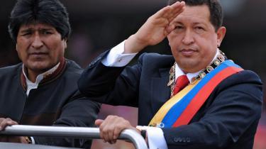 Befolkningen i Venezuela er gennemgående ret tilfredse med præsident Chávez: Indtægterne i landet er vokset dramatisk, og der er f.eks. ti gange så mange læger nu, som før han trådte til. Men de rige, olieafhængige lande har en interesse i at svække ham med rygtespredning - nu hvor de ikke kan afsætte ham.