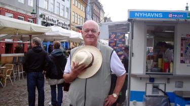 Embedsværket i Københavns Kommune foreslog, at Nyhavn skulle ryddes langs kajen, så der kunne komme en fin passage op til det nye skuespilhus. Det ville betyde, at pølsevognen ville forsvinde fra gadebilledet, og det fik Allan Mylius Thomsen (EL) til at tage affære. -Pølsevognen er jo et lille stykke københavnerkultur, som vi alle elsker-.