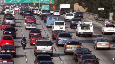 Ny californisk lov gør det obligatorisk at forsyne biler med mærkater, der oplyser om CO2-udledning, og det kan blive en pinlig historie for ejere af populære benzinslugere som sportsfirehjulstrækkere og Hummer-jeeps