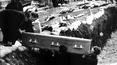 Landsbyen Aberfan mistede for 42 år siden godt 100 af byens børn i en tragisk mineskredsulykke. Det lever stadig med ulykken i dag. Beboerne vil ikke have medlidenhed. De er ikke ofre. De er overlevende, de er fightere. De forstår, at minder er noget man lever med, ikke noget man kigger på. Arkiv