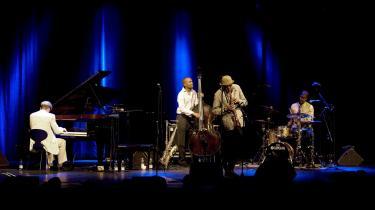 Saxofonisten Charles Lloyds spil brænder kun igennem i passager under koncerten torsdag aften, men der er en særlig nedtonet intensitet i gruppens udnyttelse af luften og stilheden i rummet, som efterlader et stærkt indtryk.