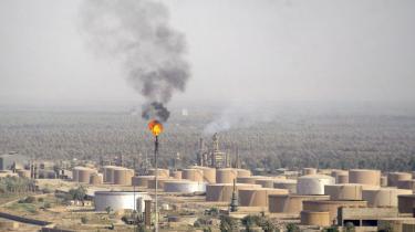 Olie. Ironisk nok er det netop Iraks lidelser og Iraks langvarige krise, der skal begrunde et arrangement, som nu truer med at dræne dets statskasse for sin vigtigste indtægtskilde; olien.