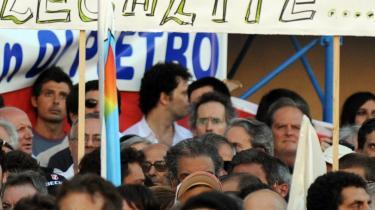 En demonstration mod Berlusconi-regeringen samlede tirsdag 100.000 mennesker i Rom. På banneret proklameres oppositionspartiet Italia dei Valoris idealer: -Frihed, lighed og (frem for alt!!!!) retfærdighed...-