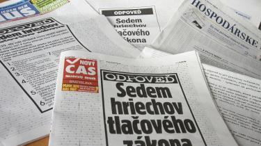 27. marts i år ryddede alle Slovakiets vigtigste aviser forsiden for at trykke en enslydende protest mod en ny presselov - loven påbyder aviserne at trykke et modsvar, hvis en person nævnt i en artikel føler sig uretfærdigt behandlet. Historien er ikke enestående - det går ned ad bakke for pressefriheden i de gamle østblok-lande. Senest i Rumænien, hvor to politikeres forslag om at pålægge medierne at lave 50 procent -positive- nyheder nåede igennem det ene af parlamentets to kamre.