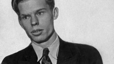 Den alvorstunge digter Morten Nielsen kunne have en overgiven humor, fremgår det af hans dagbog, som nu er offentligt tilgængelig efter at have været i privat eje i næsten 70 år. Han skriver om piger, digtning, sprut, spleen og den usikre fornemmelse af, hvad nazismen er for en størrelse