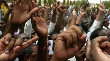 Demonstranter råber -Ned med USA- under en støttedemonstration for Sudans præsident Omar al-Beshir, der i dag forventes at blive begæret anholdt af ICC-domstolen for sin andel i folkedrab i Darfur.