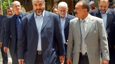 -Europa har et problem. For når vi langs Middelhavet og i Nordafrika siger, at det har fordele at deltage i det parlamentariske system, så siger de: -Ja, men hvad med Hamas, de gjorde, som I ville have, men de blev ikke belønnet-,- siger den hollandske EU-parlamentariker, Joost Lagendijk, der har skrevet en bog om islamiske partier og bevægelser. Her ses den exilerede Hamas-leder Khaled Mashaal (tv.) med Yemens Præsident, Ali Abdullah Saleh, efter et møde 13. juli om situationen i Palæstina.