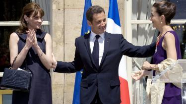 Gemmer hun mon en lille ny under kjolen? Præsidentfrue Carla Bruni-Sarkozy (tv.) og hendes foretagsomme mand holder liv i de franske medier, også i Agurketiden. Her benytter parret Bastilledagen mandag til at hilse på det frigivne FARC-gidsel Ingrid Betancourt.