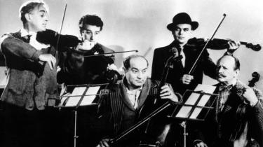 Det legendariske Ealing Studios er især kendt for sine sorte, skarpe og tørre komedier, flere af dem med forvandlingskunstneren Alec Guinness på rollelisten. På billedet spiller professor Marcus (Guinness, tv.) og hans kumpaner op til dans i -The Ladykillers-.