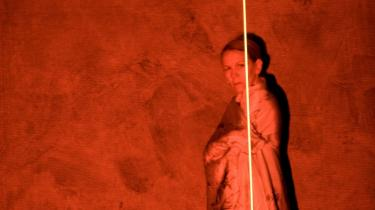 Under teaterfestivalen i Avignon indskriver den hollandske forfatter Tom Lanoye med sit stykke -Atropa- krigene i Irak og Afghanistan i et tragisk perspektiv. Men helt blottet for billeder af blod og eksplosioner.