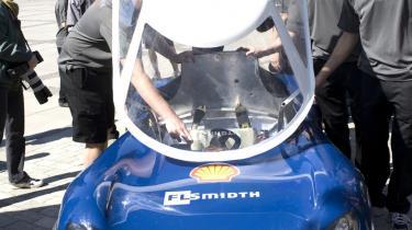 At kunne bygge en bil eller et rumskib er noget konkret. Det er ikke længere nørdet, men derimod noget, som er relevant for mange, vurderer fremtidsforsker Julie K. Carton. Her viser studerende fra DTU én af deres biler til Shell Eco Marathon frem.