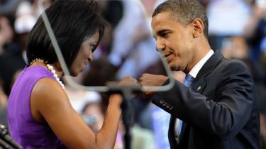 Hårdt mod hårdt. Fox News kaldte det et -terrorist fist jab-, da Barack og Michelle Williams hilste på hinanden med knyttede næver, under et valgmøde i juni måned. Samme særlige hilsen går igen på magasinet The New Yorkers kontroversielle forsidetegning tidligere på ugen.