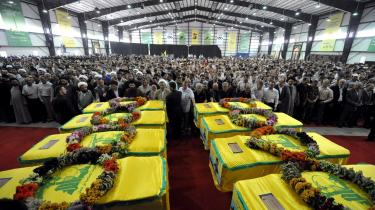 Tusinder af Hizbollah-tilhængere mødte i går op til begravelsesceremonien for otte -martyrer fra 2006-krigen- mod Israel.
