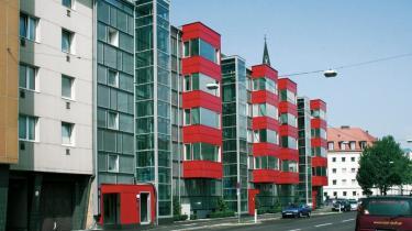 Fremtidens hus kaldes denne ejendom med 50 lejligheder i Makartstrasse i den østrigske by Linz. Den er bygget for 50 år siden, men er nu renoveret til passivhusstandard med et varmeforbrug og en CO2-udledning, der er reduceret til en tiendedel.