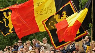 Belgiske og flamske flag blev luftet i går, da Belgien fejrede nationaldag i skyggen af landets politiske krise. Den belgiske Kong Albert II opfordrede til -enhed og tolerance- ved en højmesse søndag.