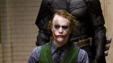 Gang på gang stjæler Heath Ledgers intense og foruroligende udgave af Jokeren billedet fra Christian Bales ellers fremragende Wayne/Batman. Jokeren er en samvittighedsløs, udspekuleret galning - en på mange måder grotesk figur med sin ludende gang og vanvittige fremtoning - grønt hår, hvid sminke, rød læbestift og arrene, der ligger i forlængelse af mundvigene og får det til at se ud, som om hans ansigt er stivnet i et evigt, vrængende smil.