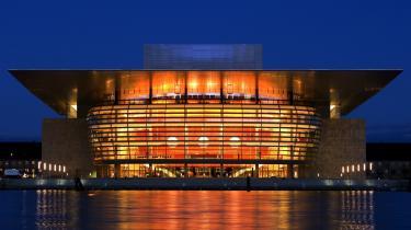 En af de sidste årtiers mest imposante mæcengaver i Danmark er Operaen i København. Her er et helt relevant spørgsmål: Hvem var det lige, der bestemte, at Operaens glasfacade skulle forsynes med en motorgrill? Det var manden på pengekassen, mæcenen, der ville have sat en frontgrill på Operaen.