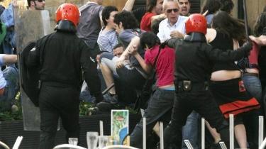 I søndags sprængte den illegale organisation ETA fire bomber i Bilbao, og den spanske regering har svaret igen ved at love hårdere straffe og mere politi. Men der er en stigende erkendelse af, at en varig løsning kræver mere end en håndfast politiindsats. Her anholder politiet deltagere ved et møde indkaldt af det illegale baskiske uafhængighedsparti, Batasuna.