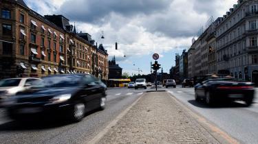 Bilisternes fart skal tvinges ned på strækninger i byer, hvor cyklisterne ikke har en cykelsti, mener Socialdemokraterne, der vil afsætte 100 mio. kr. årligt