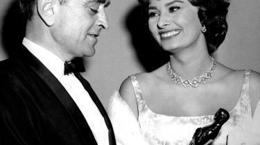 Damernes mand. David Lean får overrakt en Oscar af Sophia Loren for -Broen over floden Kwai- i 1958. Instruktøren var kendt for at have en elsker på alle de film, han arbejde på.