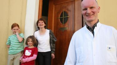 Lægerne. Marek Karon og hans kone Magdalene Dobija-Karon var nervøse for modtagelsen, da de flyttede til Danmark for at arbejde. Marek kender udenlandske læger i København, der føler sig fremmede og ensomme. Sådan er det ikke på Lolland, fortæller han.