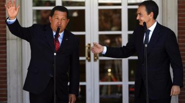 Lidt mere venskabeligt gik det for sig, da Venezuelas Hugo Chavez besøgte Spanien, end da den spanske regeringsleder og spanske konge sidst møde den kontroversielle statsleder. Men helt fredeligt går det aldrig for sig, og Chavez kritiserede EU-s immigrationspolitik - ligesom i øvrigt sine andre sydamerikanske kolleger.