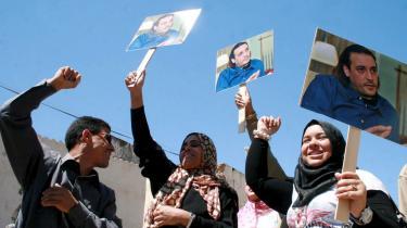 Det kan godt være, de ikke ser så sure ud, men det er de: Libyens borgere er rasende over, at statsleder Gaddafis søn er blevet arresteret i Schweiz.